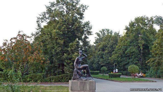 Скульптура Купальщица. Находится на набережной реки Волга