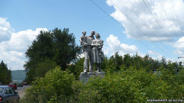 Памятник Счастливой семье. Находится на Красноглинском шоссе, возле поселка Красная глинка